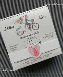 pozivnica za vjencanje Megatrend 5605 - mladenci na biciklu, kalendar i crveni otisci prsta